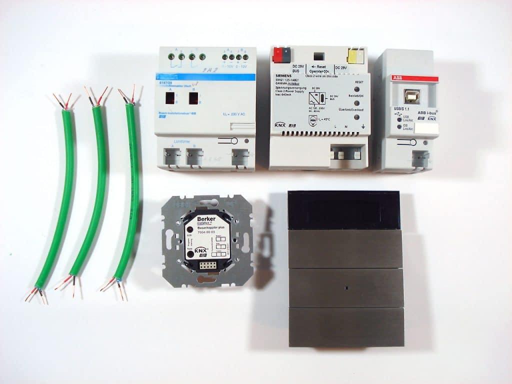 Grundausstattung KNX System zum Testen: Sensor, Aktor, Kabel, Netzteil und USB-/KNX-Schnittstelle - Smartest Home