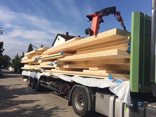 Fertighaus in Einzelteilen mit Holzwänden auf einem LKW